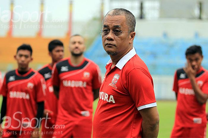 Manajer Madura United, Haruna Soemitro, memberikan arahan kepada pemainnya saat menghadiri sesi latihan tim yang digelar di Stadion Gelora Bangkalan, Minggu (16/12/2017).