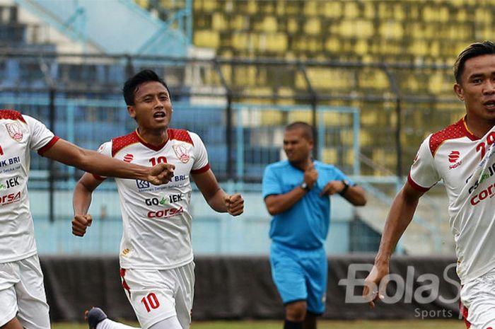 Pemain Persis Solo, Ikhwan Ciptady (44) dan Rudiyana (29), merayakan gol pada pertandingan melawan P