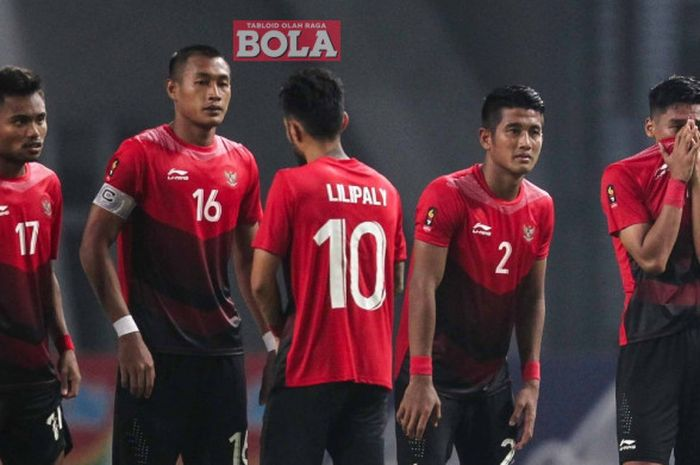 Ekspresi sedih para pemain timnas U-23 Indonesia usai kalah dalam adu penalti dari Uni Emirat Arab di babak 16 besar Asian Games 2018, Jumat (24/8/2018) di Stadion Wibawa Mukti, Cikarang.`