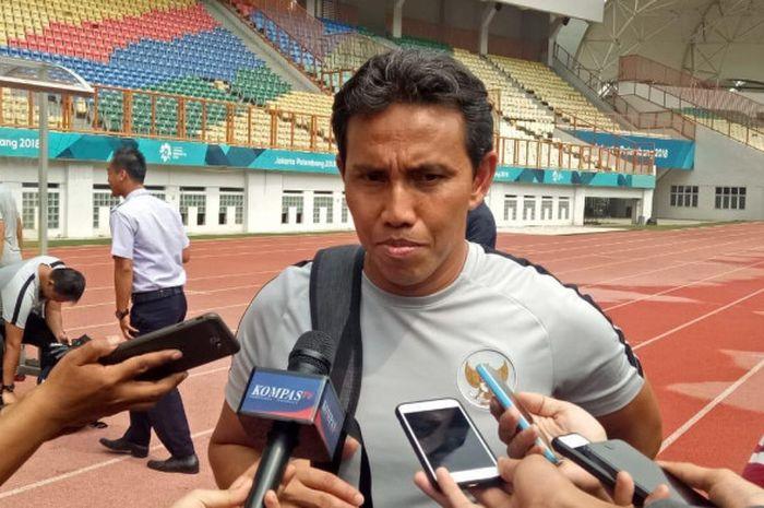 Pelatih timnas Indonesia, Bima Sakti setelah sesi latihan, Senin (5/11/2018).