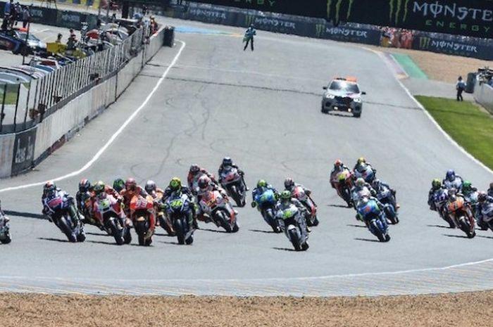Para pebalap MotoGP memacu motor mereka pada balapan GP Prancis di Sirkuit Le Mans, Minggu (17/5/201