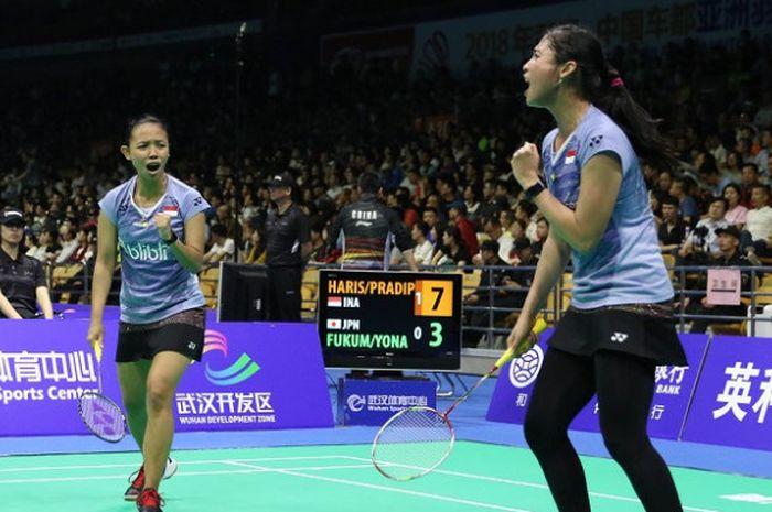Pasangan ganda putri Indonesia, Della Destiara Haris/Rizki Amelia Pradipta, bereaksi setelah menceta