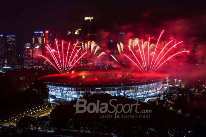 Salah satu momen kemeriahan acara Opening Ceremony Asian Games 2018 saat kembang api mewarnai Stadion Utama Gelora Bung Karno, Jakarta, Sabtu (18/8/2018).