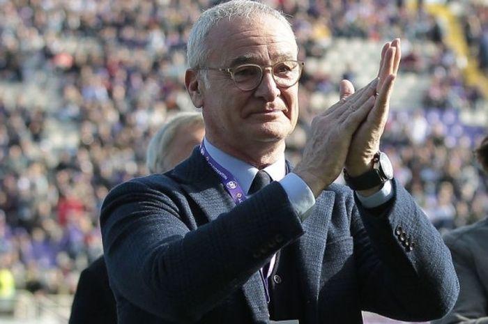 Claudio Ranieri memberikan aplaus kepada suporter saat menghadiri laga Serie A antara Fiorentina lawan Cagliari di Stadion Artemio Franchi. Florence, 12 Maret 2017.
