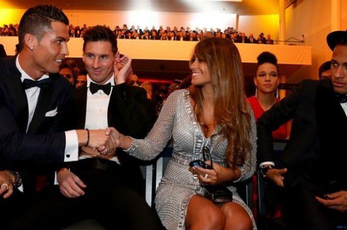Cristiano Ronaldo, Lionel Messi, Antonella Roccuzzo dan Neymar dalam ajang penghargaan Ballon d'Or 2016.