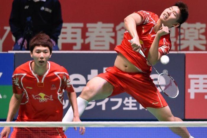 Pasangan ganda putra China, Li Junhui (kiri)/Liu Yuchen, mengembalikan kok pukulan dari sang lawan, Kim Gi Jung/Ko Sung Hyun (Korea Selatan), pada laga final Jepang Terbuka di Tokyo, 25 September 2016.
