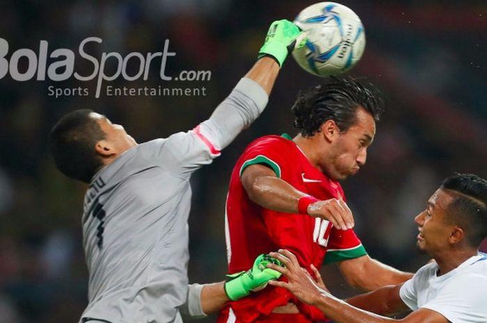 Penyerang timnas U-22 Indonesia, Ezra Walian (tengah) mencoba memenangi duel bola udara kontra kip