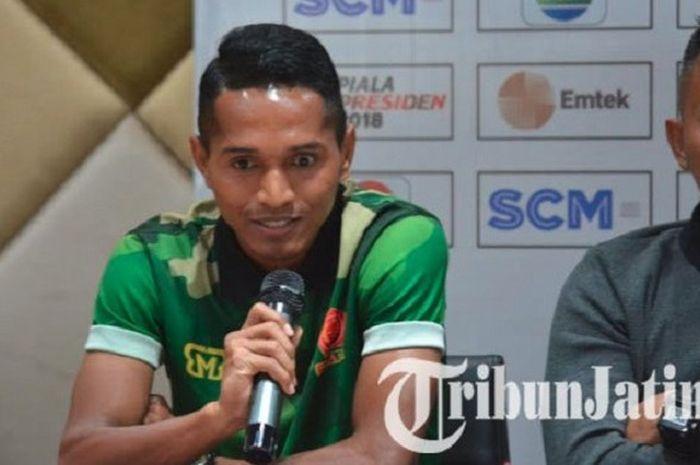 Bek PS TNI, Abduh Lestaluhu, dalam konferensi pers jelang laga kontra Persebaya Surabaya di penyisi