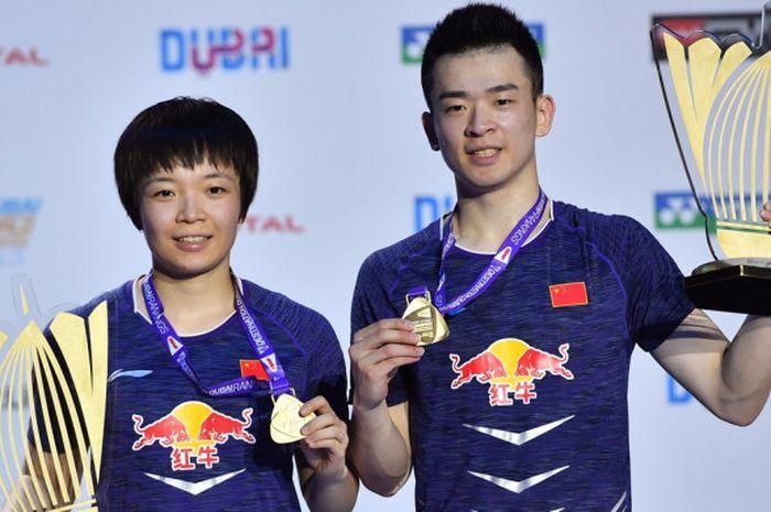 Pasangan ganda campuran China, Zheng Siwei (kanan)/Chen Qingchen, berpose dengan trofi dan medali yang mereka raih seusai menjuarai turnamen BWF Superseries Finals 2017 di Hamdan Sports Complex, Dubai, Uni Emirat Arab, Minggu (17/12/2017).