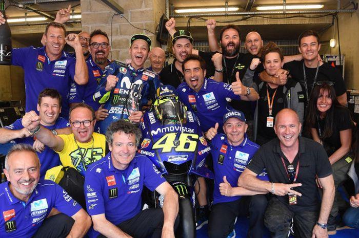 Momen perayaan Valentino Rossi bersama tim Movistar Yamaha sesaat setelah meraih urutan tiga di M