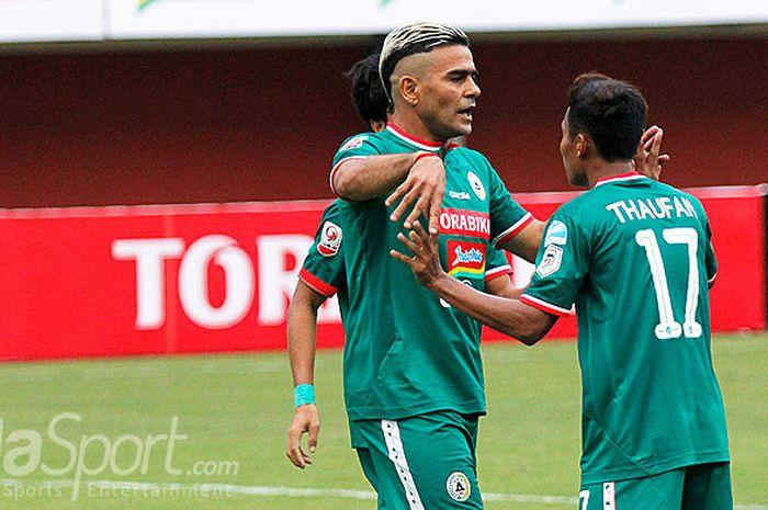 Penyerang PSS Sleman, Cristian Gonzales, merayakan gol bersama Thaufan Hidayat saat melawan Mojoker