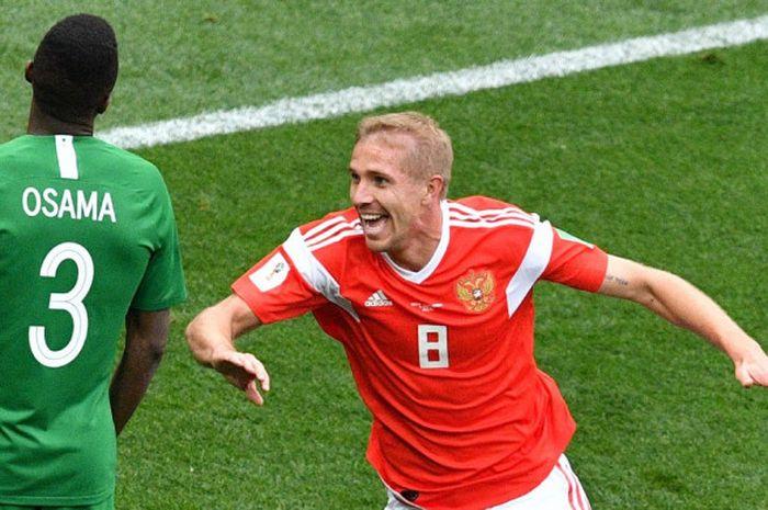 Gelandang Timnas Rusia, Yuri Gazinskiy, merayakan gol yang dicetaknya dalam laga pembukaan Piala Dunia 2018 menghadapi Arab Saudi di Luzhniki Stadium, 14 Juni 2018.