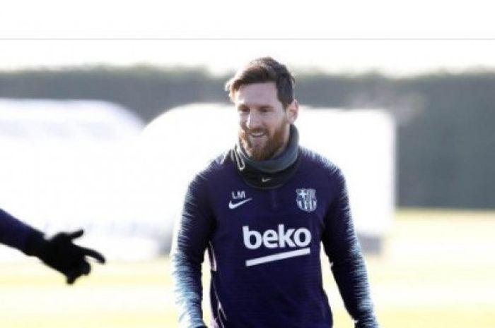 Megabintang FC Barcelona, Lionel Messi, sedang menjalani sesi latihan.