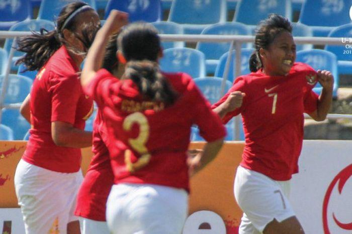 Suka cita pemain timnas U-16 putri Indonesia seusai membobol gawang timnas U-16 putri Palestina pada laga pertama Grup D kualifikasi Piala Asia U-16 Wanita 2019 di Dolen Omurzakov Stadium, Bishkek, Kyrgistan, 15 September 2018.