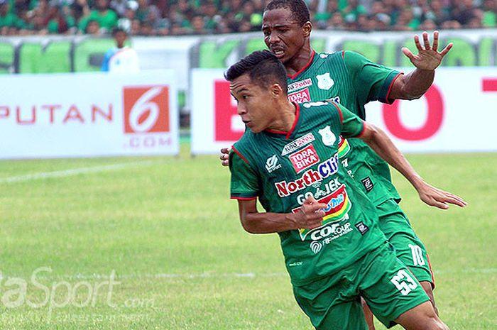 Aksi pemain sayap PSMS Medan, Erwin Ramdani, saat tampil melawan Bhayangkara FC dalam laga pekan kedua Liga 1 2018 di Stadion Teladan, Medan, (31/3/2018).