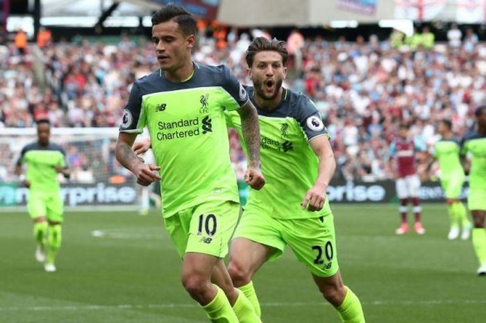 Selebrasi gelandang Liverpool, Philippe Coutinho (kiri), seusai mencetak gol ke gawang West Ham United dalam pertandingan Liga Inggris 2016-2017 di Stadion London, London, Inggris, pada 14 Mei 2017.