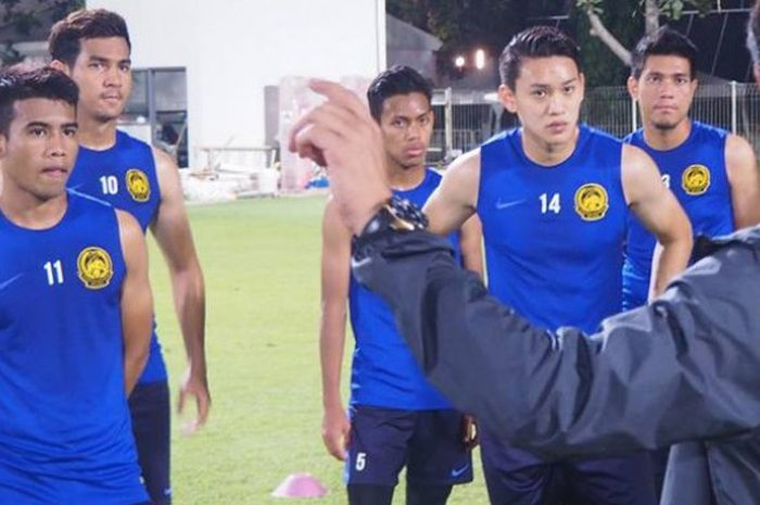 Penyerang timnas U-23 Malaysia, Safawi Rasid (kiri) bersama rekan-rekannya mendengar instruksi pelatih Ong Kim Swee dalam latihan terbaru di lapangan ABC, Komplek Gelora Bung Karno, Jakarta pada 21 Agustus 2018.