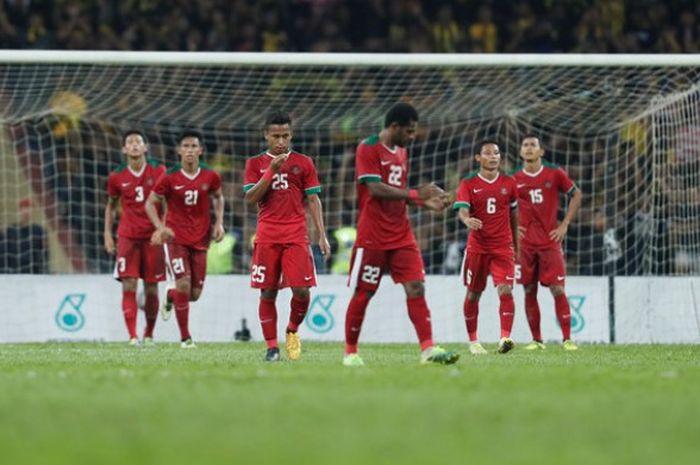 Para pemain timnas U-22 Indonesia lesu setelah sundulan penyerang Malaysia, Thanabalan membobol gawang skuat Garuda Muda pada semifinal SEA Games 2017 di Stadion Shah Alam, Selangor, Sabtu (26/8/2017) malam.