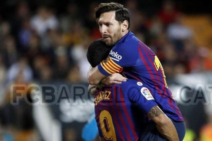 Dua pemain Barcelona, Luis Suarez (kiri) dan Lionel Messi (kanan), berselebrasi usai mencetak gol ke gawang Sevilla pada laga Liga Spanyol di Camp Nou, Sabtu (20 Oktober 2018) atau Minggu dini hari WIB.