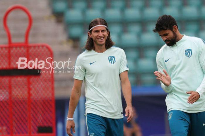 Pemain Atletico Madrid, Filipe Luis (kiri) dan Diego Costa.