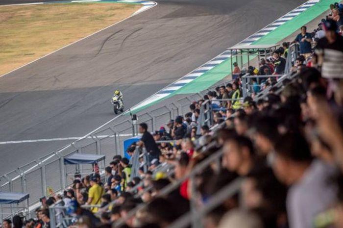 Para penonton saat hadir menonton tes pramusim MotoGP di Sirkuit Buriram, Thailand.