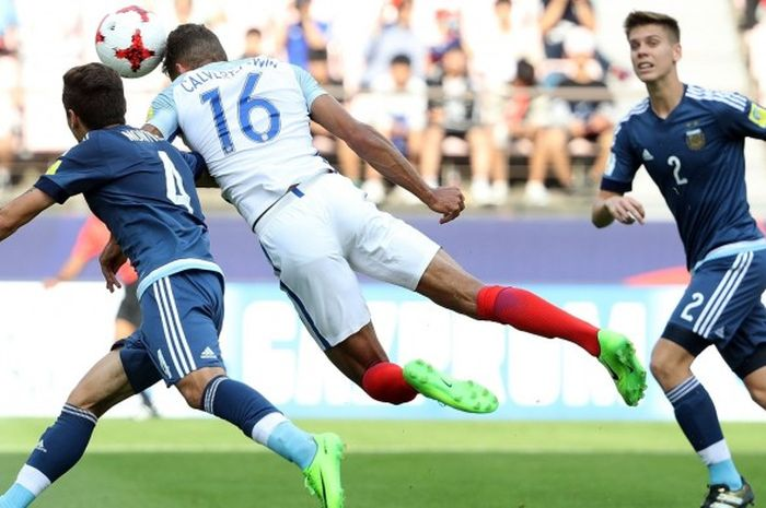 Aksi pemain timnas Inggris, Dominic Calvert-Lewin (tengah), menyundul bola ke arah gawang Argentina dalam partai penyisihan grup Piala Dunia U-20 di Jeonju World Cup Stadium, Jeonju, 20 Mei 2017.