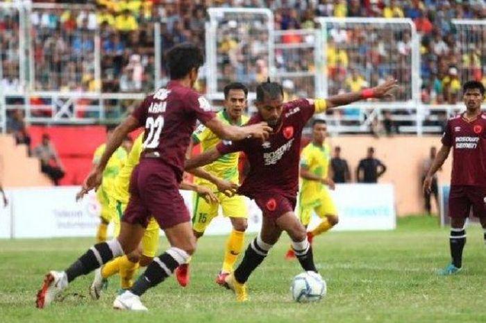 Zulham Zamrun menggiring bola saat membela PSM Makassar melawan Persiter Ternate pada babak 64 besar Piala Indonesia 2018, Sabtu (22/12/2018).