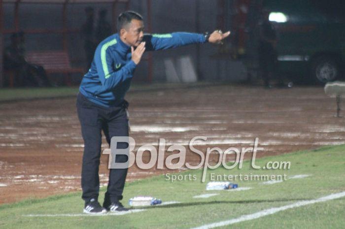 Pelatih PSIS Semarang, Jafri Sastra, saat memberikan instruksi kepada anak-anak asuhnya kala mengha