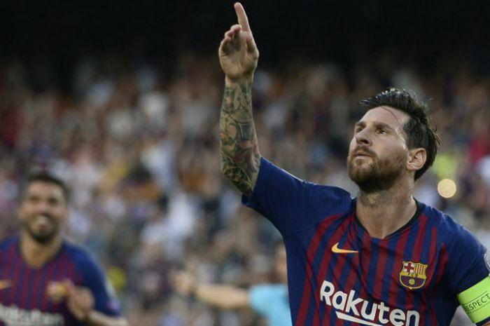 Kapten Barcelona, Lionel Messi, melakukan selebrasi seusai mencetak gol ke gawang PSV Eindhoven dalam partai Liga Champions di Camp Nou, Selasa (18/9/2018)