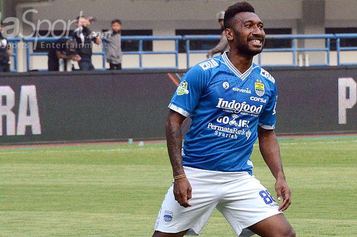 Striker Persib Bandung, Patrich Wanggai, saat tampil melawan Sriwijaya FC pada laga pekan ke-19 di