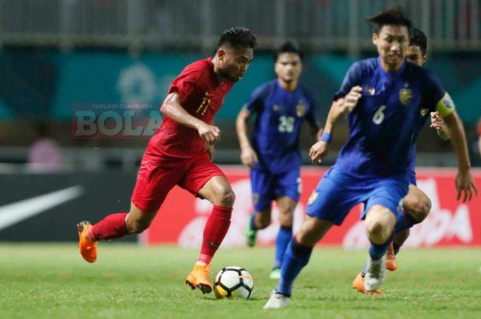 Penyerang timnas u-19 Indonesia, Sadil Ramdani, beraksi kontra Thailand di ajang PSSI Anniversary Cup 2018 di Stadion Pakansari, Cibinong, Kabupaten Bandung, Jawa Barat, Minggu (23/9/2018).