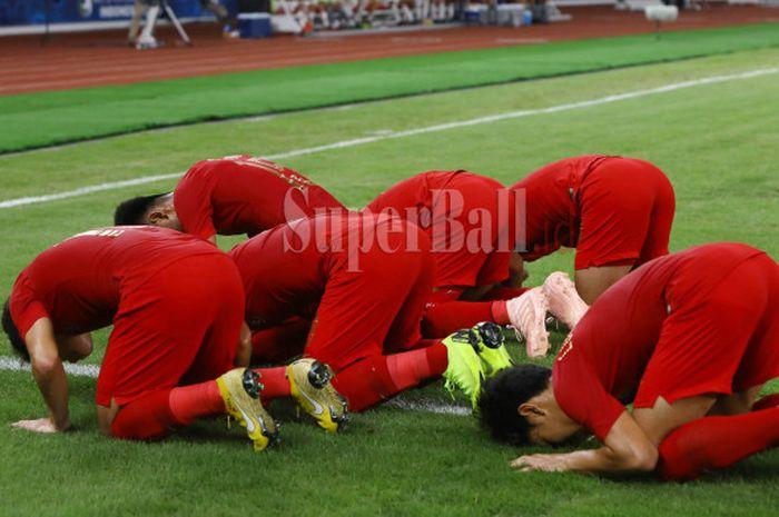 Sejumlah pemain Timnas U-19 Indonesia bersujud untuk merayakan gol Witan Sulaeman ke gawang Timnas U-19 Uni Emirat Arab dalam laga terakhir Grup A Piala Asia U-19 2018 di Stadion Utama Gelora Bung Karno, Jakarta, Rabu (24/10/2018) malam WIB.