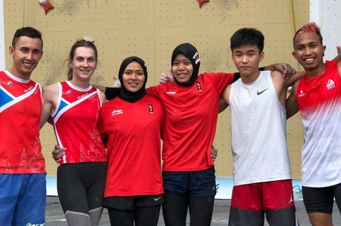 Tim panjat tebing Indonesia, Aries Susanti Rahayu, Puji Lestari (ketiga dan keempat dari kiri), Aspar Jaelolo (paling kanan) bersama para atlet lain peraih medali di Kejuaraan Dunia Panjat Tebing di China, Sabtu (22/9/2018).