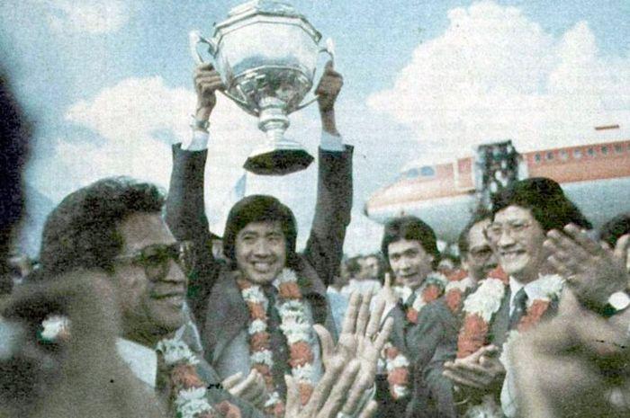 Rudy Hartono mengangkat Piala Thomas disaksikan Menpora Abdul Gafur, Liem Siw King, Tan Joe Hok, dan