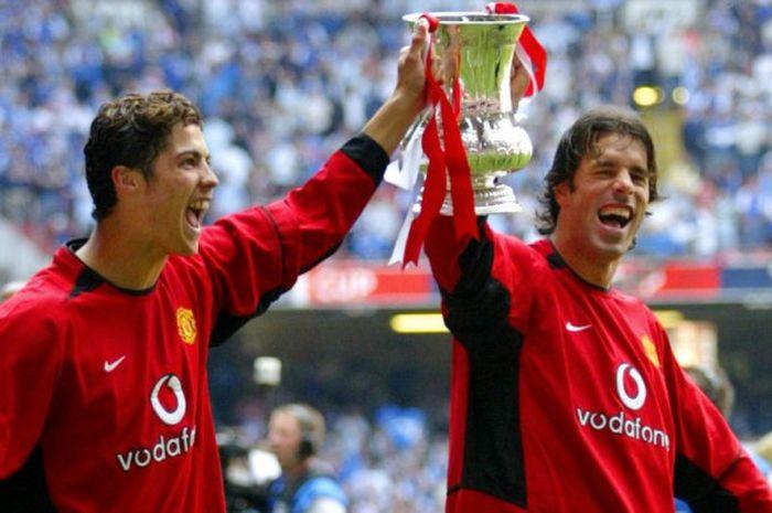 Ruud van Nistelrooy (kanan) dan Cristiano Ronaldo mengangkat trofi Piala FA seusai mengalahkan Mi