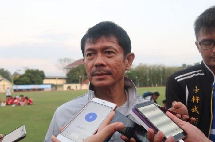 Pelatih timnas U-19 Indonesia, Indra Sjafri saat diwawancarai selepas pertandingan uji coba melawan Persibara Banjarnegara di Lapangan Universitas Negeri Yogyakarta (UNY), Sabtu (8/9/2018).