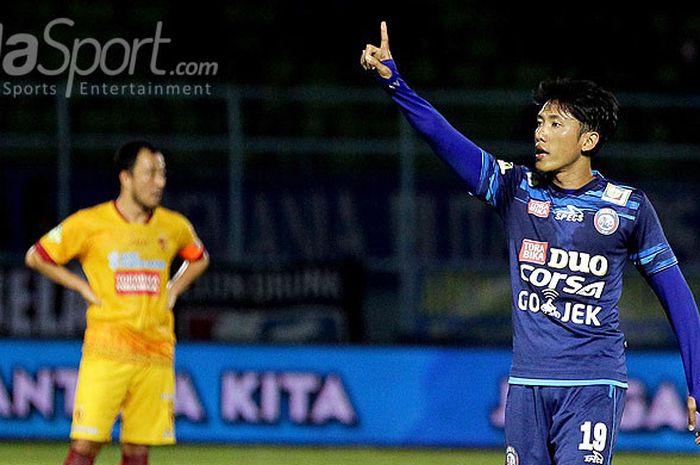 Aksi gelandang Arema FC, Ahmad Bustomi, saat tampil melawan Sriwijaya FC dalam laga pekan ke-13 Liga