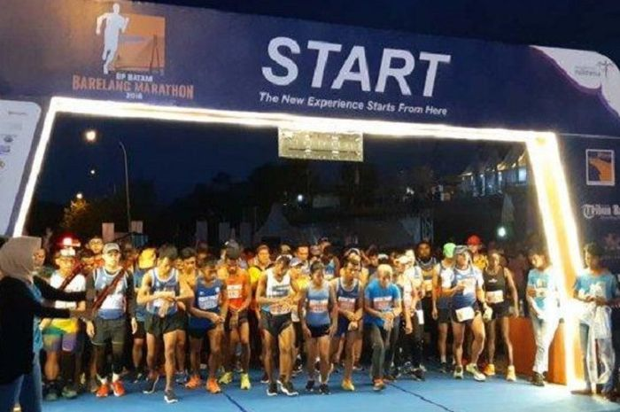 Kepala BP Batam, Lukita Dinarsyah Tuwo melepas peserta BP Batam Barelang Marathon kategory 42K dan 21 K , Minggu (2/12/2018)