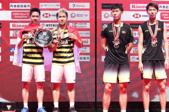 Ganda putra Indonesia Marcus Fernaldi Gideon/Kevin Sanjaya Sukamuljo (kiri) dan Li Junhui/Liu Yuchen (China) berdiri di podium Japan Open 2018 pada Minggu (16/9/2018) di Musashino Forest Sport Plaza, Tokyo.