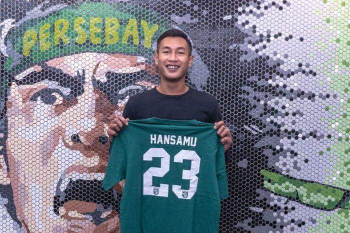 Pemain Anyar Persebaya Surabaya, Hansamu Yama, Berfoto dengan Latar Ikon 'Kepala' Bonek Setelah Mena
