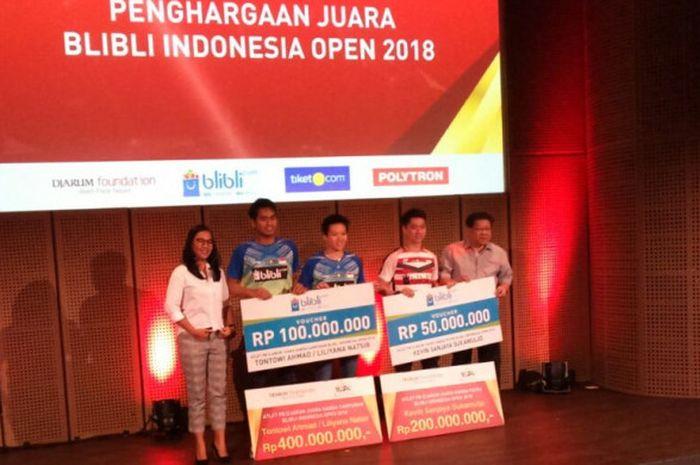 Tontowi Ahmad/Liliyana Natsir, dan Kevin Sanjaya berpose setelah mendapat apresiasi secara simbolis dari Djarum Foundation di Galeri Indonesia Kaya, Jakarta, Rabu (11/7/2018).