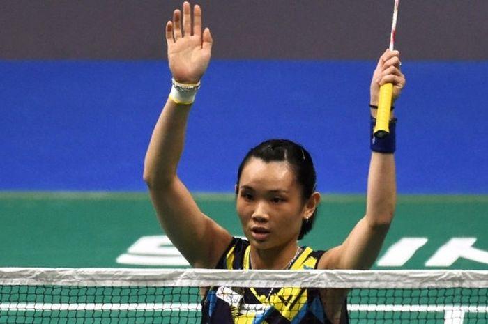 Pebulu tangkis tunggal putri nomor satu dunia asal Taiwan, Tai Tzu Ying, melakukan selebrasi setelah mengalahkan Carolina Marin (Spanyol) pada laga final Singapura Terbuka di Singapore Indoor Stadium, Minggu (16/4/2017). Tai menang 21-15, 21-15.