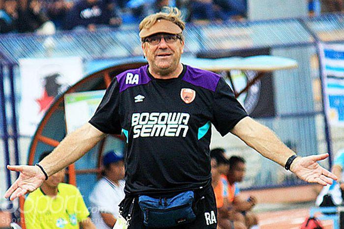 Ekspresi pelatih PSM Makassar Robert Rene Albert ketika menyaksikan pemainnya dar tepi lapangan saa