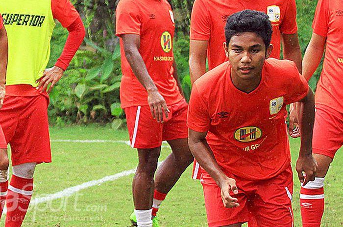 Pemain Barito Putera, Muhammad Rafi Syarahil (kanan), melakukan pemanasan sebelum timnya melakoni laga uji coba melawan Malang United di Lapangan Agrokusuma Batu, Jawa Timur (07/02/2018) Rabu sore.