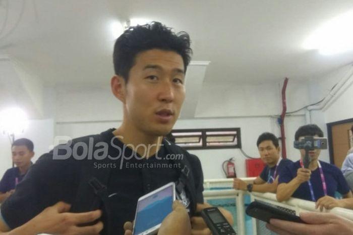 Bintang timnas U-23 Korsel, Son Heung-min saat menjawab pertanyaan wartawan di Mixed Zone Stadion Pa