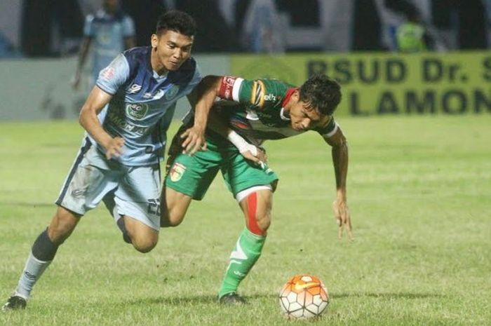 Striker Persela, Dendy Sulistiawan (kiri) berebut bola dengan bek Mitra Kukar, Zikri Akbar pada laga