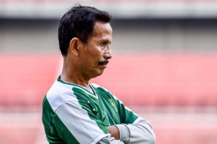 Djajang Nurdjaman memimpin sesi latihan di Stadion Gelora Bung Tomo.
