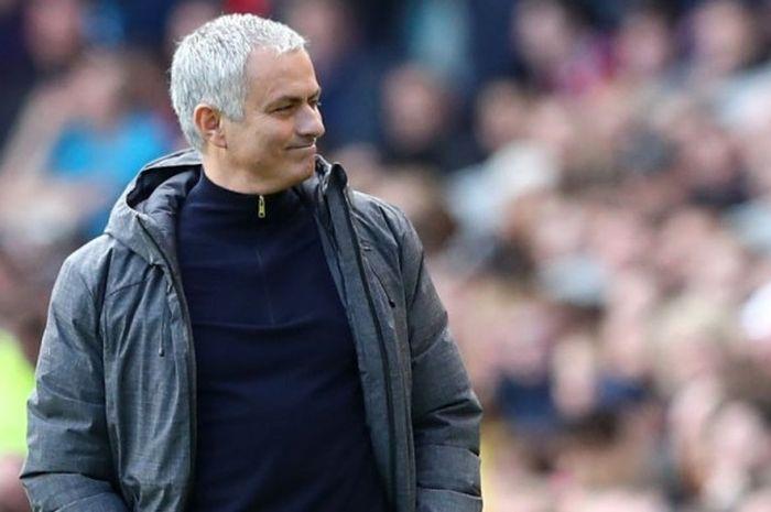 Manajer Manchester United, Jose Mourinho, mendampingi anak-anak asuhnya dalam laga Premier League kontra Middlesbrough di Stadion Riverside, Middlesbrough, Inggris, pada 19 Maret 2017.