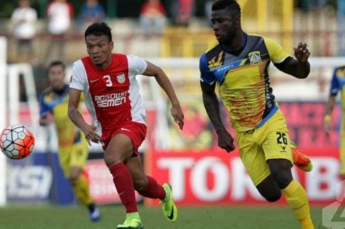 Penyerang PSM, Ferdinand Sinaga (kiri) adu cepat dengan bek Persiba Balikpapan, Dirkir Kohn Glay di Stadion Andi Mattalatta, Makassar, Sabtu (16/7/2016).