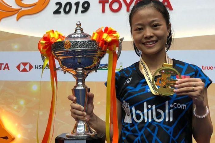 Pebulu tangkis tunggal putri nasional Indonesia, Fitriani, berpose dengan medali dan trofi yang dia raih seusai menjuarai turnamen Thailand Masters 2019 di Indoor Stadium Huamark, Bangkok, Thailand, Minggu (13/1/2019).